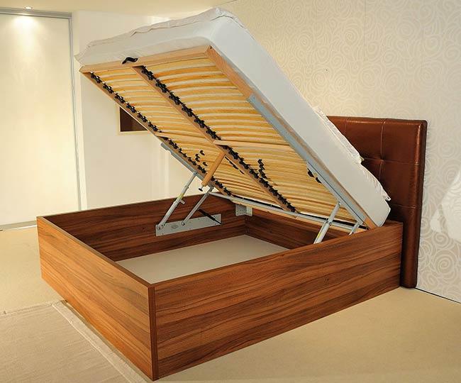 Postelja v omari je namenjena predvsem manjšim stanovanjem